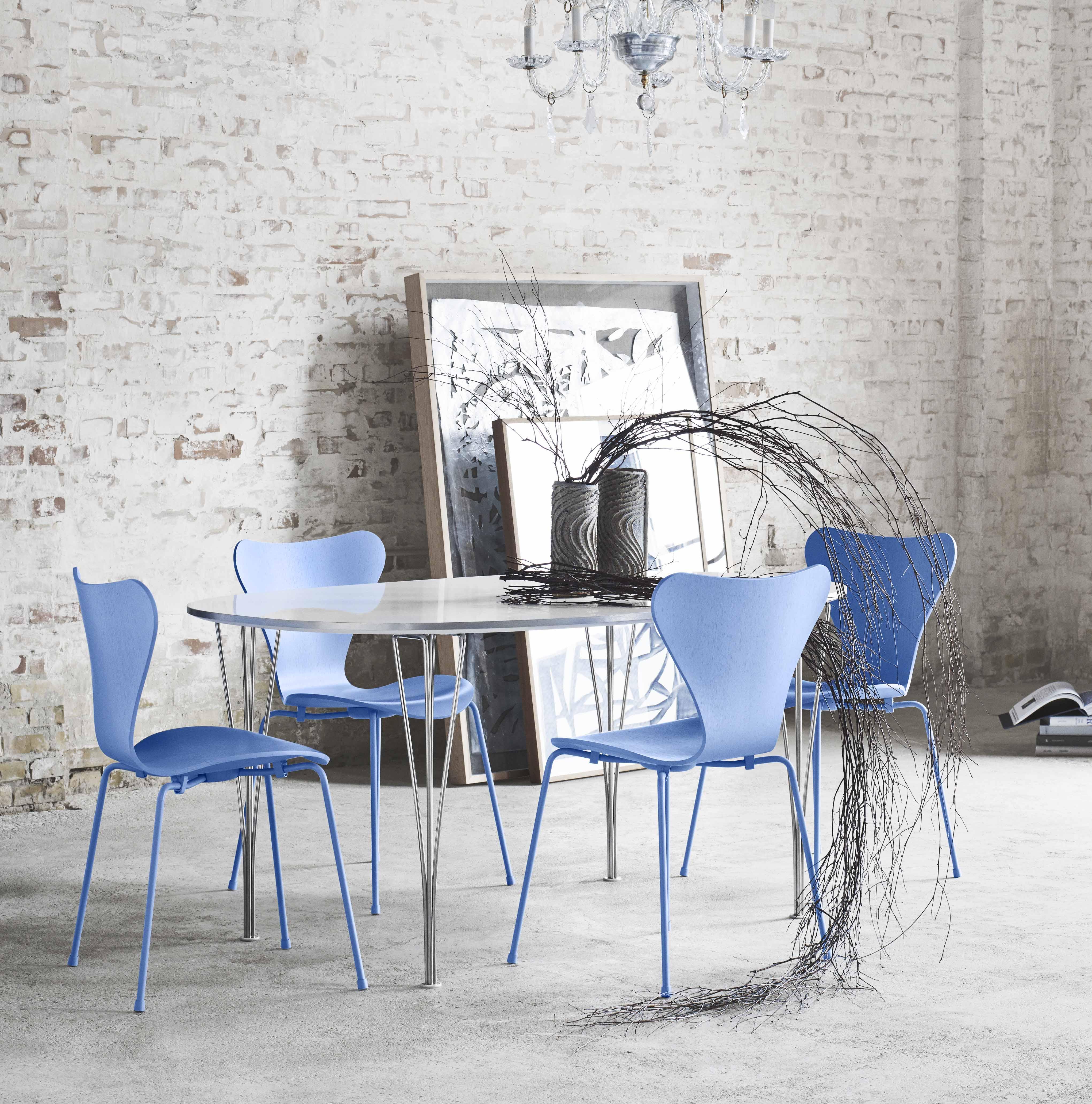 Den klassiske syver stolen, designet av Arne Jacobsen. Fås også med med ben i samme farge som skallet.