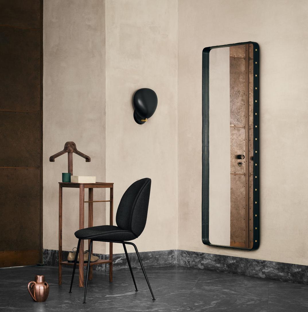 Skap romfølelse med Adnet speil fra Gubi