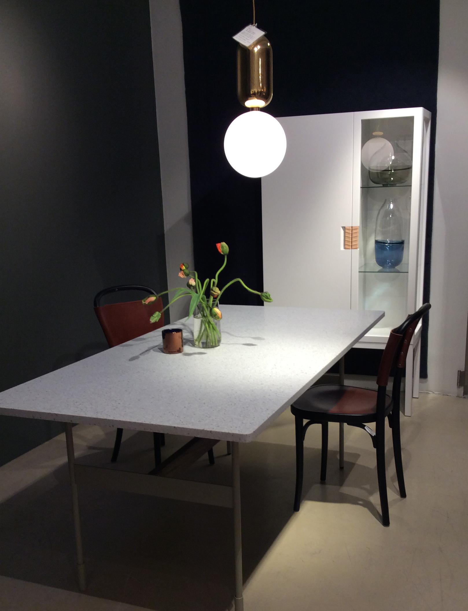 Asplund spisebord med steinplate og Frame skap med lær detalj.