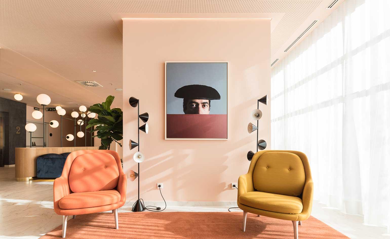 Fri lenestol fra Jaime Hayon hotellet i Madrid. Okergult sammen med rosa blir lekent og lekkert samtidig som det gir et avslappende uttrykk.