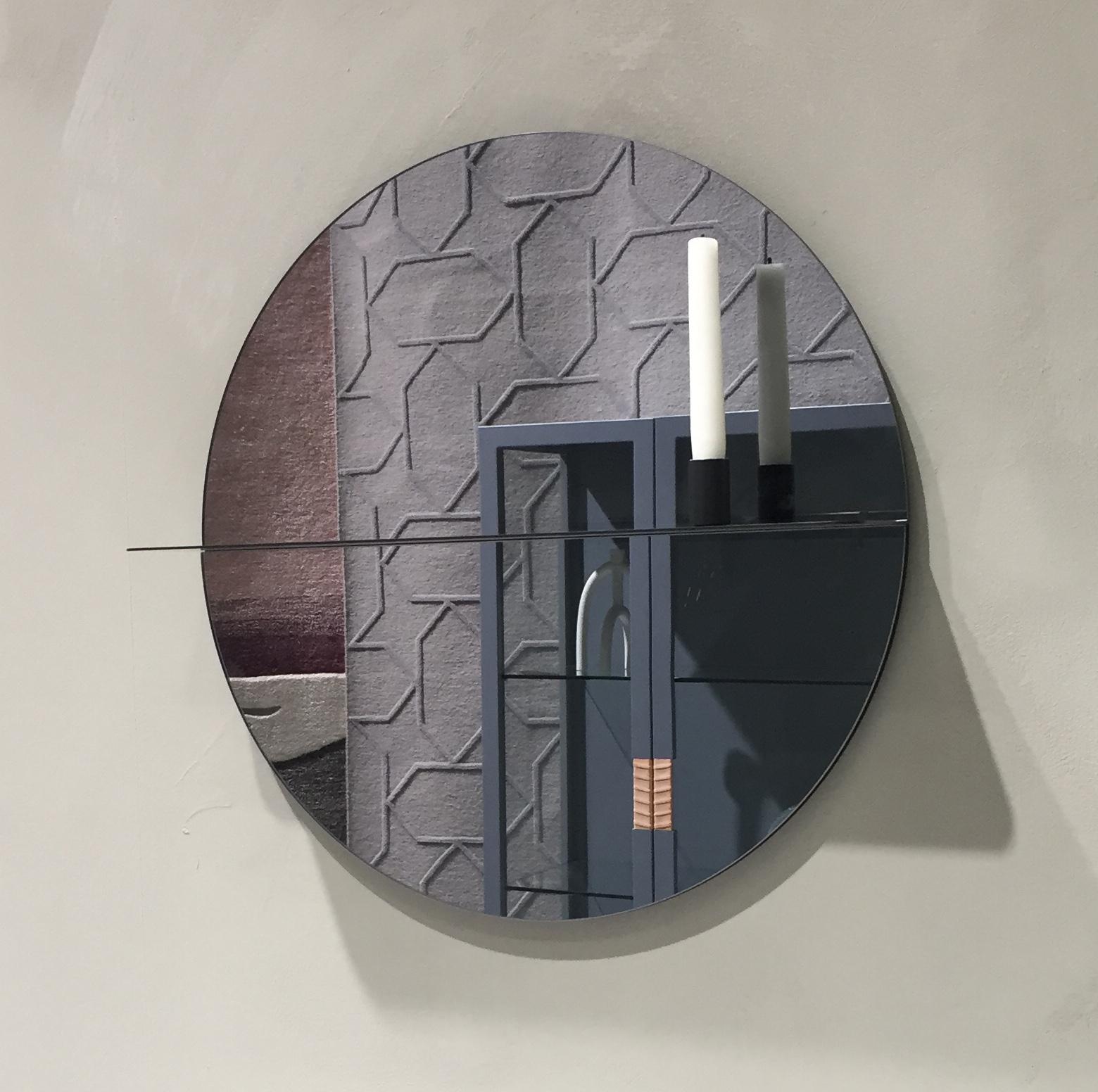 Vi så det komme i fjor, og definitiv til stede i år. SPEIL! Som en dekor på veggen, det lille ekstra som gjør rommet! Prøv speil som har farge i selve speilet.