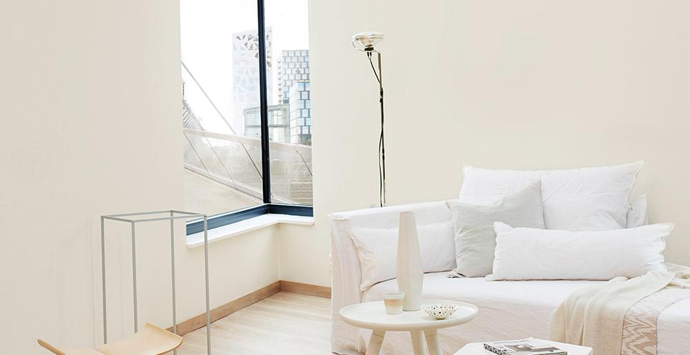 Eggehvit på veggen - på bilde ser du også sofa fra Gervasoni og Toio lampe fra Flos.