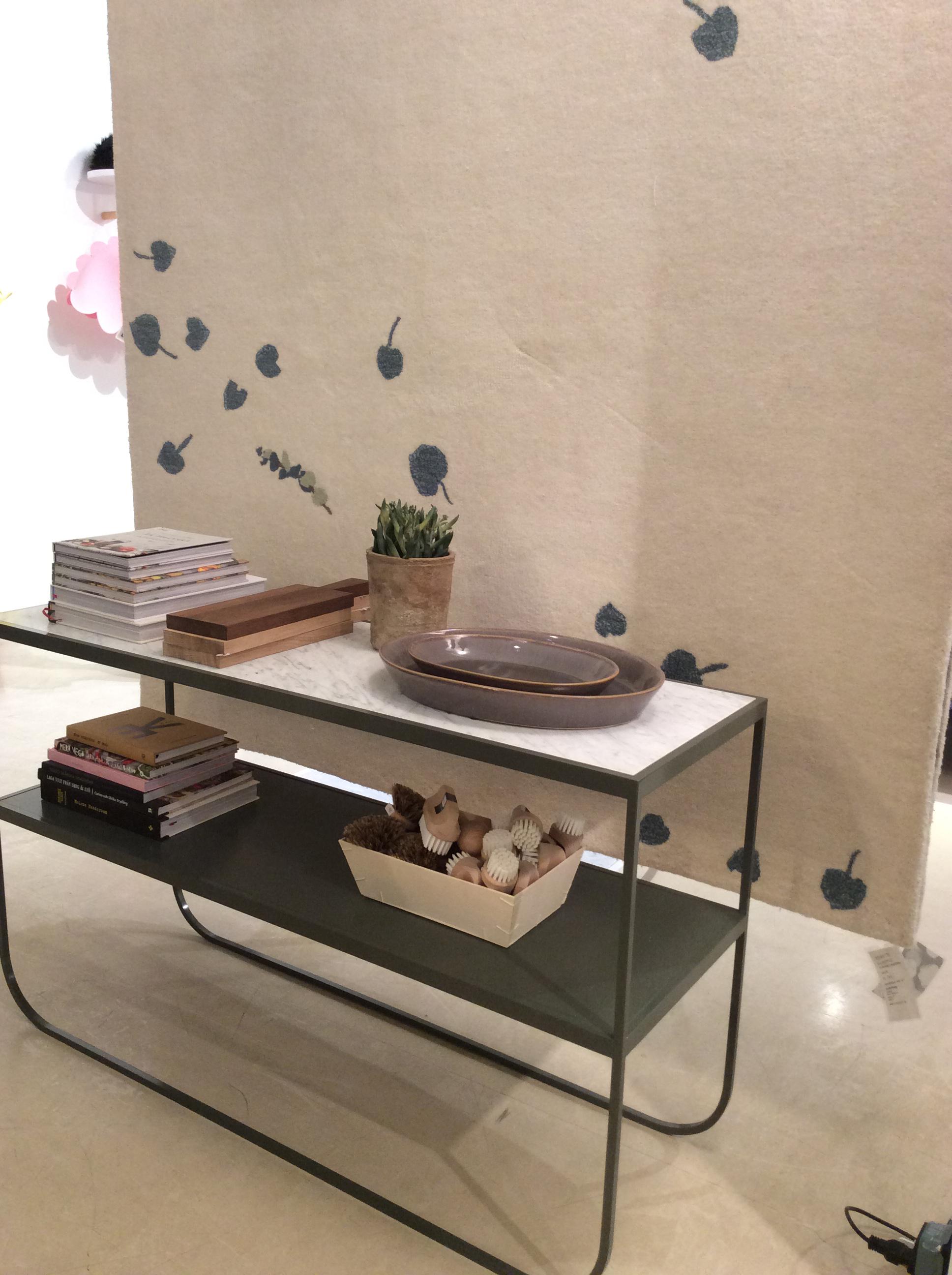 Eucalyptus gulvteppe og Tati sidebord med marmor topp.