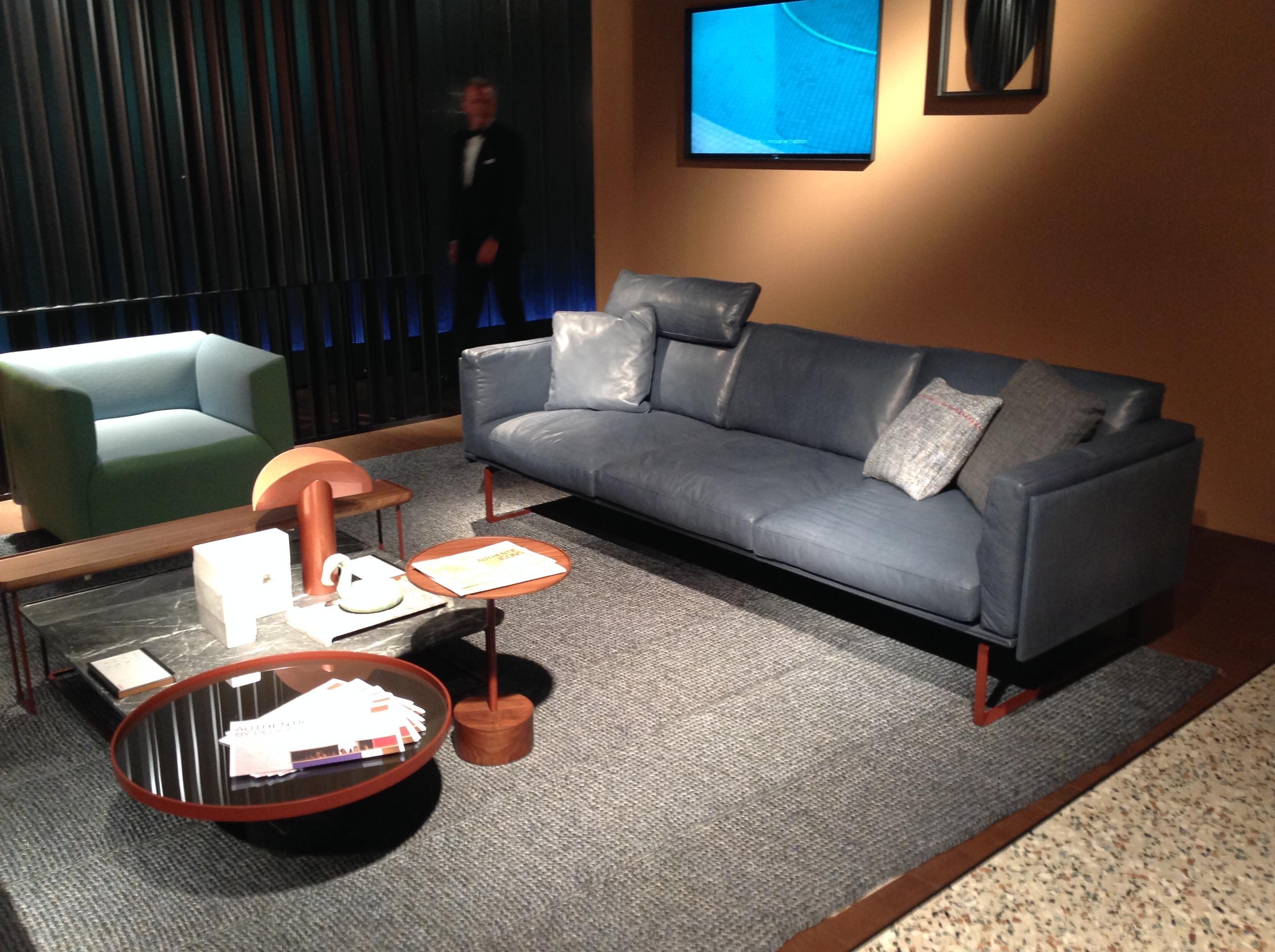 Farger og materieler - glem ikke dette bilde! Rustrødt (murstein rød) sammen med valnøtt og sort marmor, kontrasten med lys grønn stol og ikke minst terrazzo gulvet.