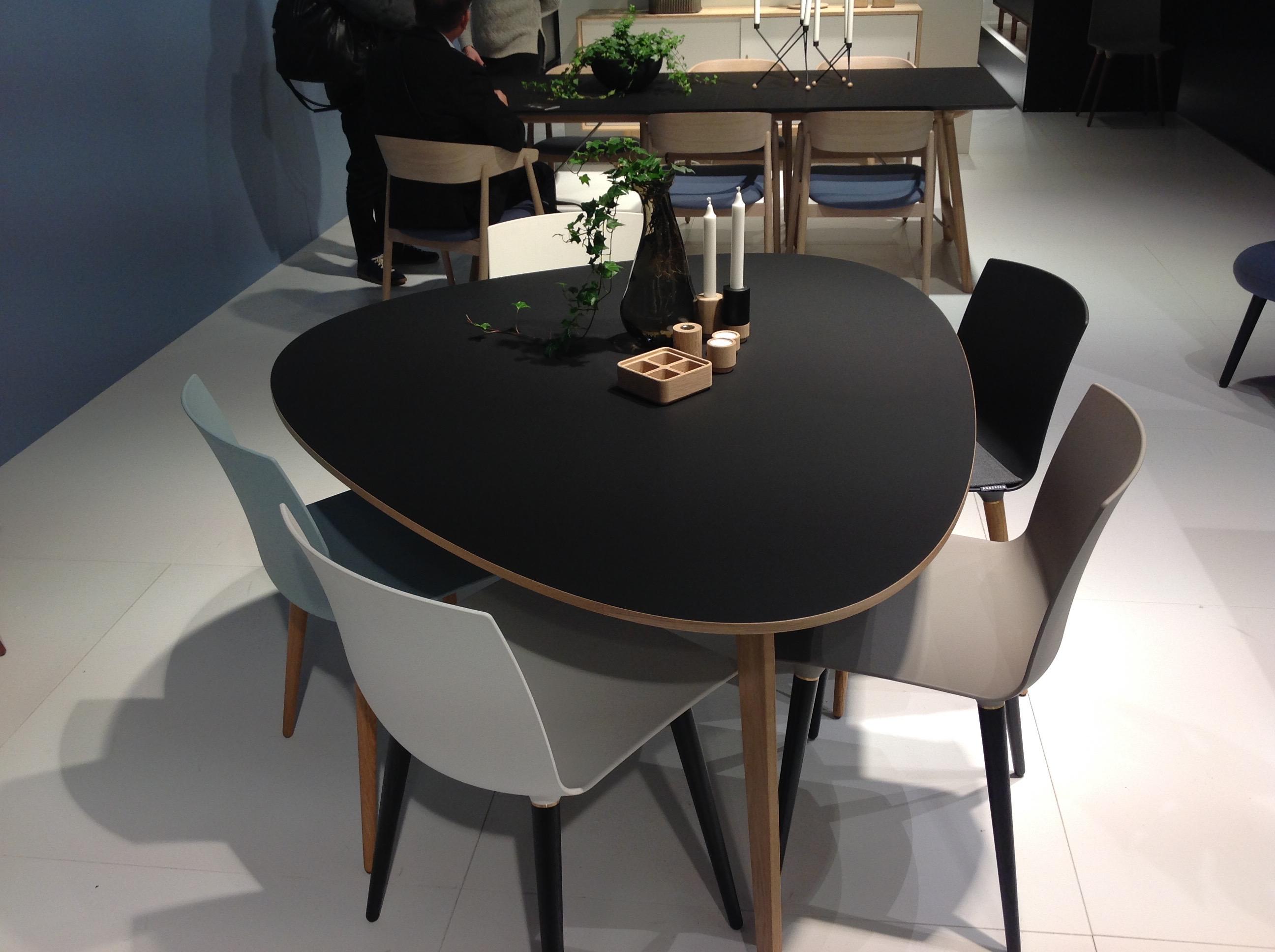 Ny form på spisebordet fra Andersen sammen med TAC stoler.