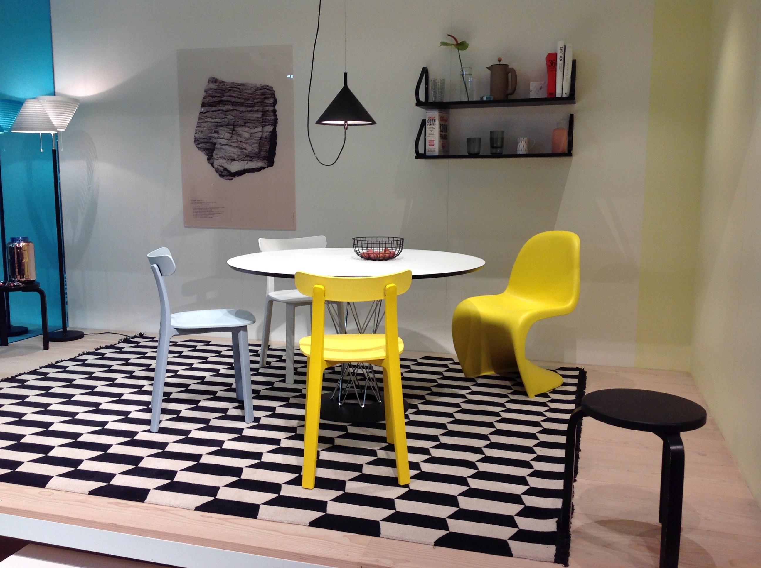 Gulfargen som du ser i stolene til Vitra og Artek er absolutt en trendfarge i 2017.