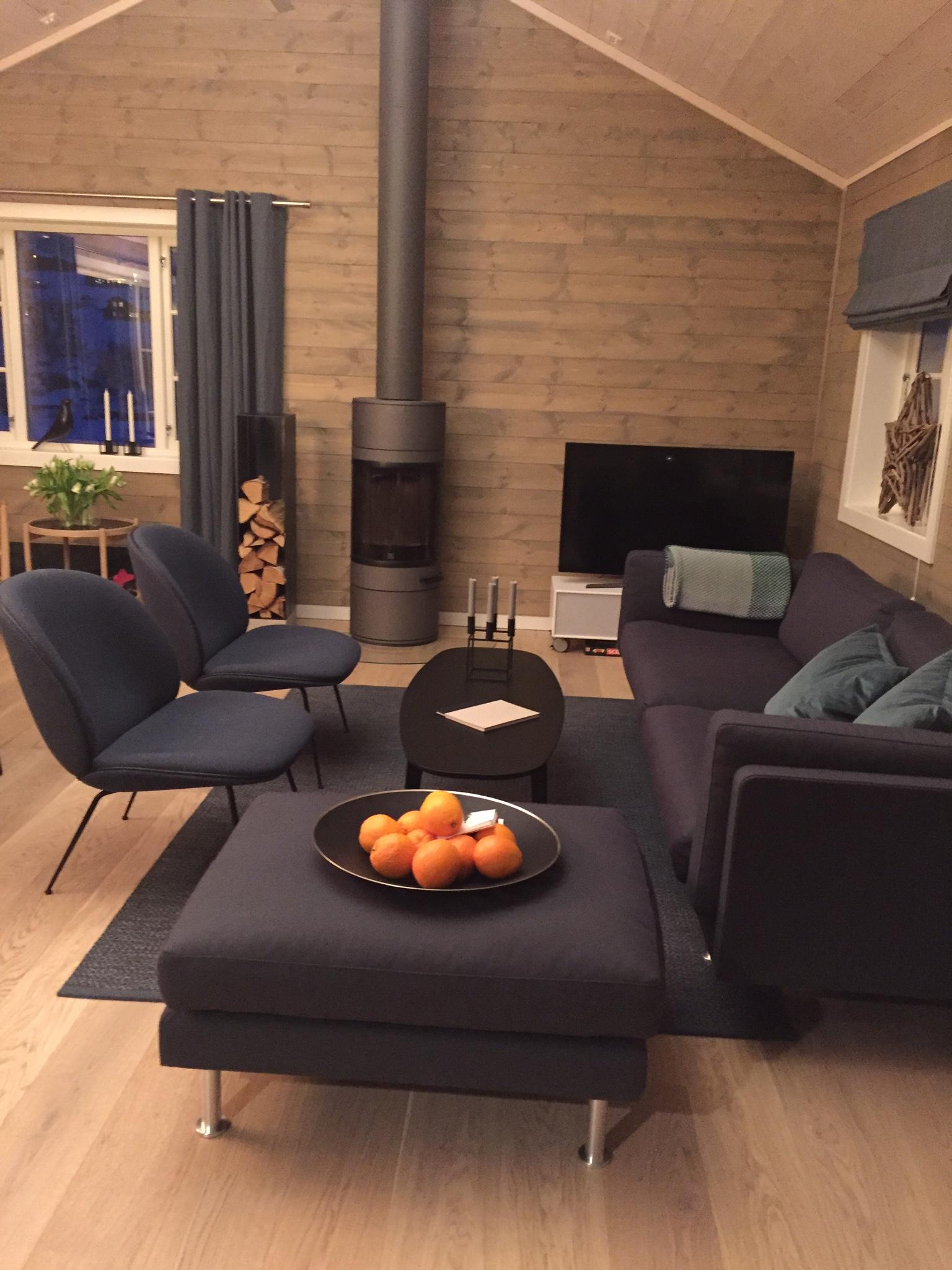 Beetle lounge stoler fra Gubi, sofa EJ 280 fra Erik Jørgensen og sofabordet Join fra Fritz Hansen.