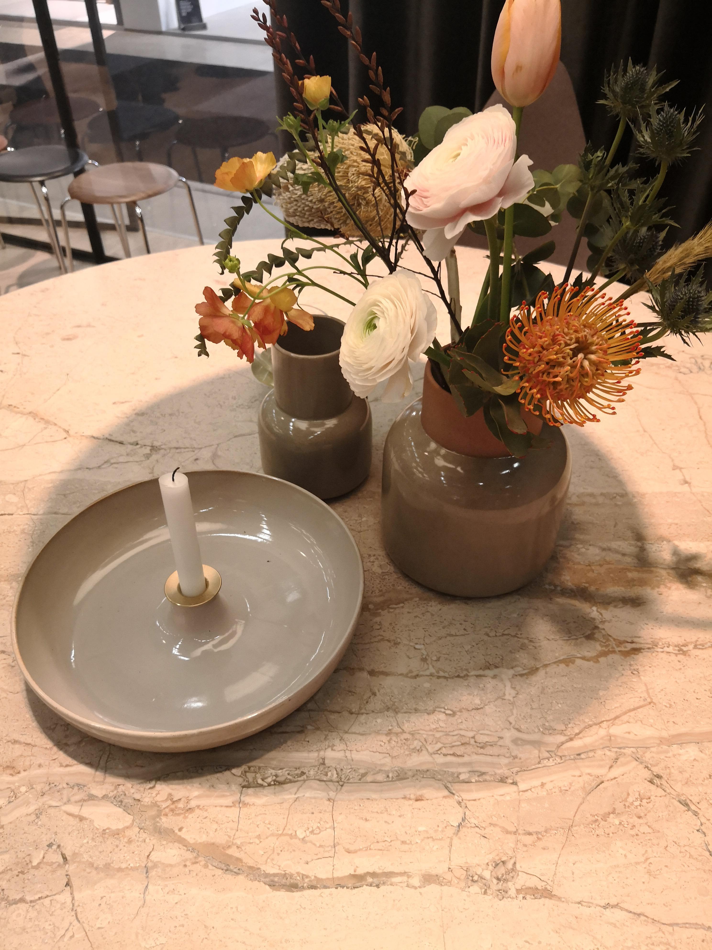 Naturlige elementer i forkus! PK spisebord i marmor sammen med Objects i keramikk fra Fritz Hansen.