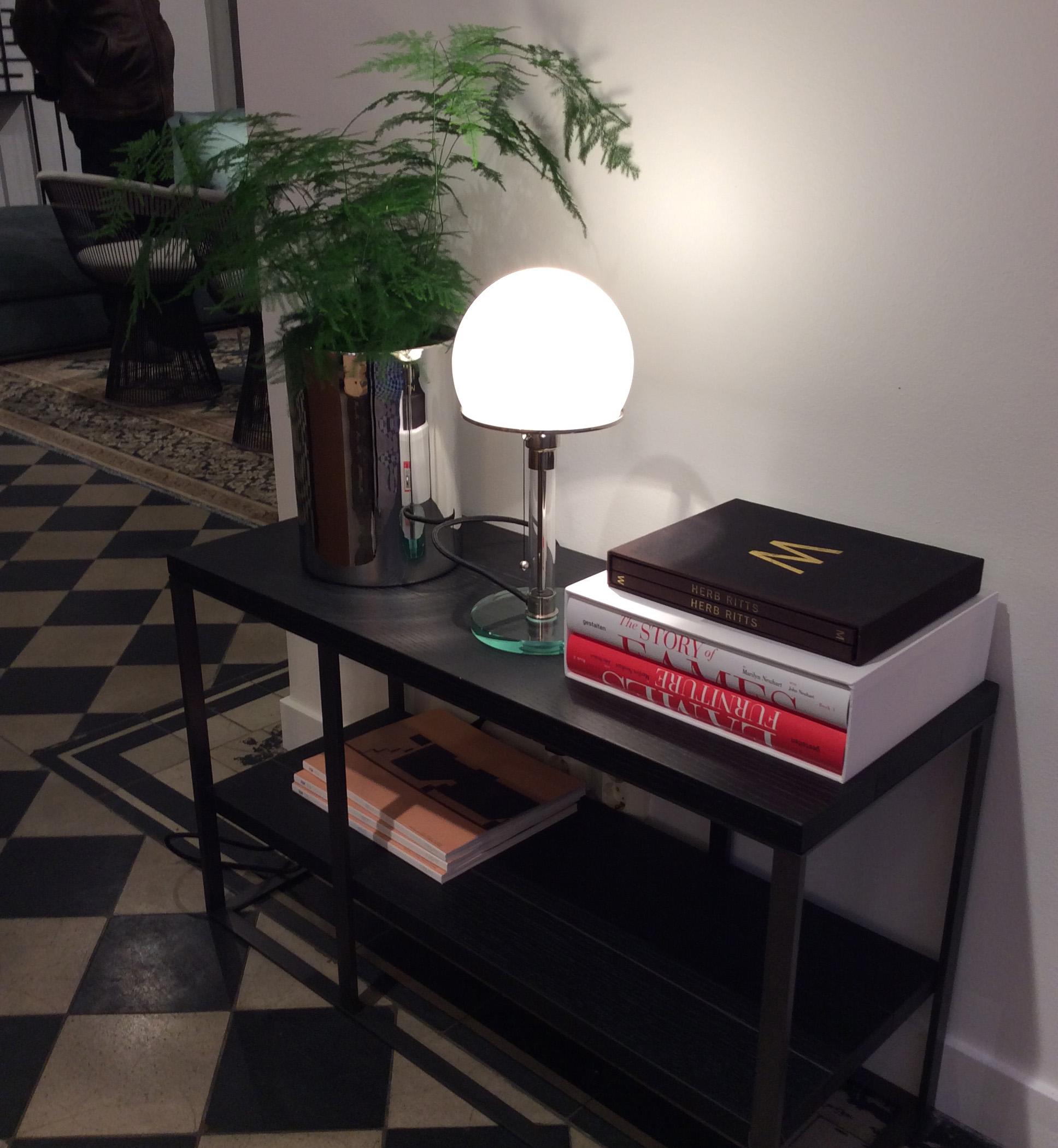 Det blir ikke mer tidløst enn Bauhaus lampen. Den var nok litt for moderne for folk på 1930-tallet, men har blitt en klassiker i vår tid. Flott kombinasjon med glass, sølv og sort.