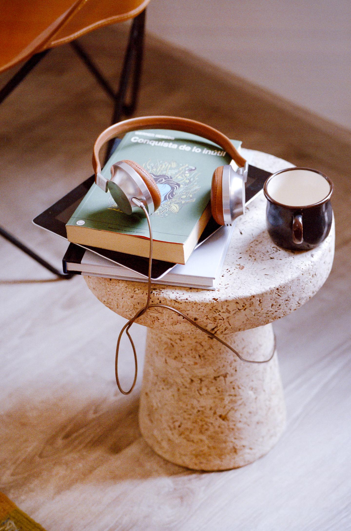 Crok er sidebord, krakk, sett blomster på den eller bruk det som nattbord. Bruk fantasien! Designet av Jasper Morrison.