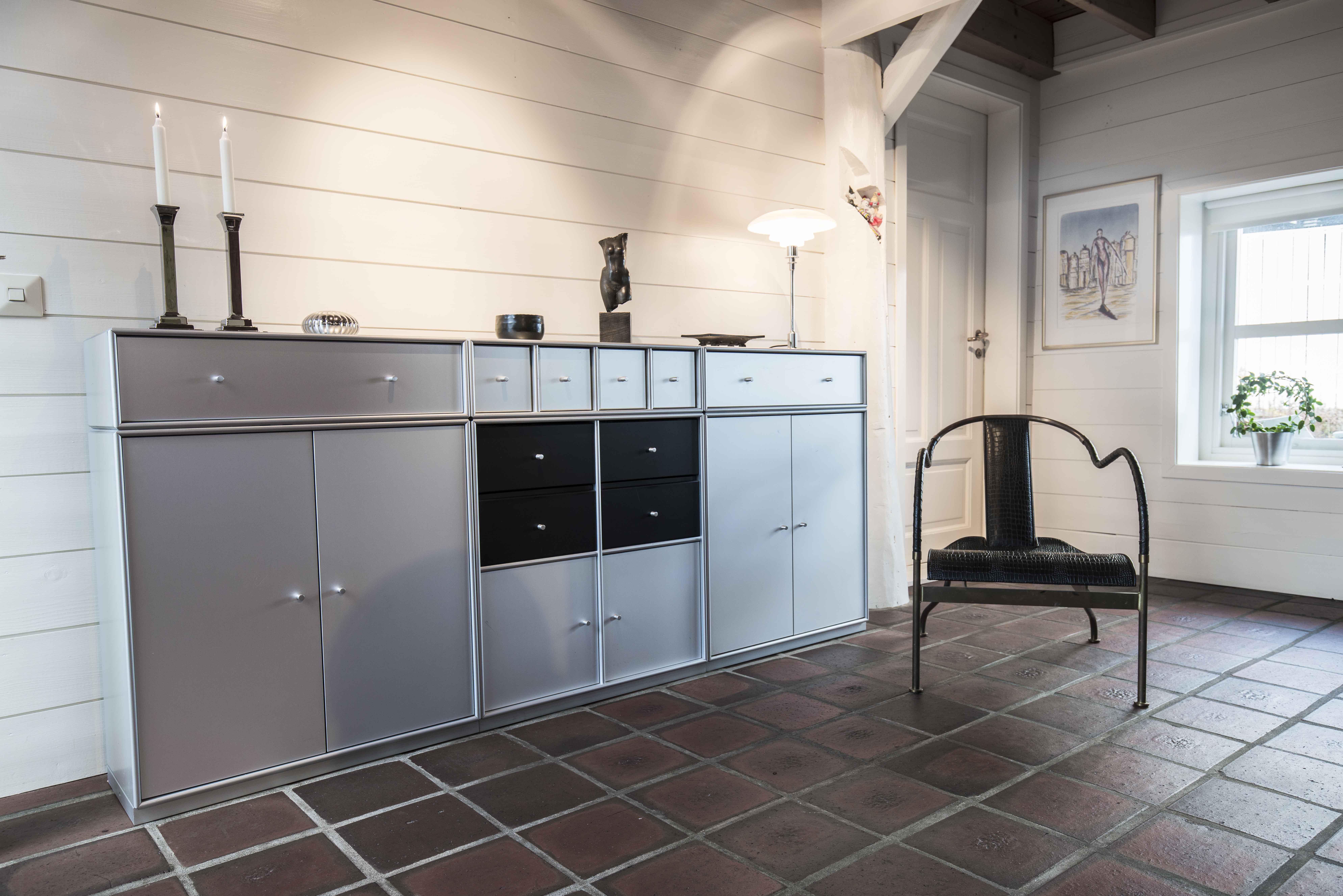 Montana reol sammen med en stol av designeren og kunstneren Mats Theselius.