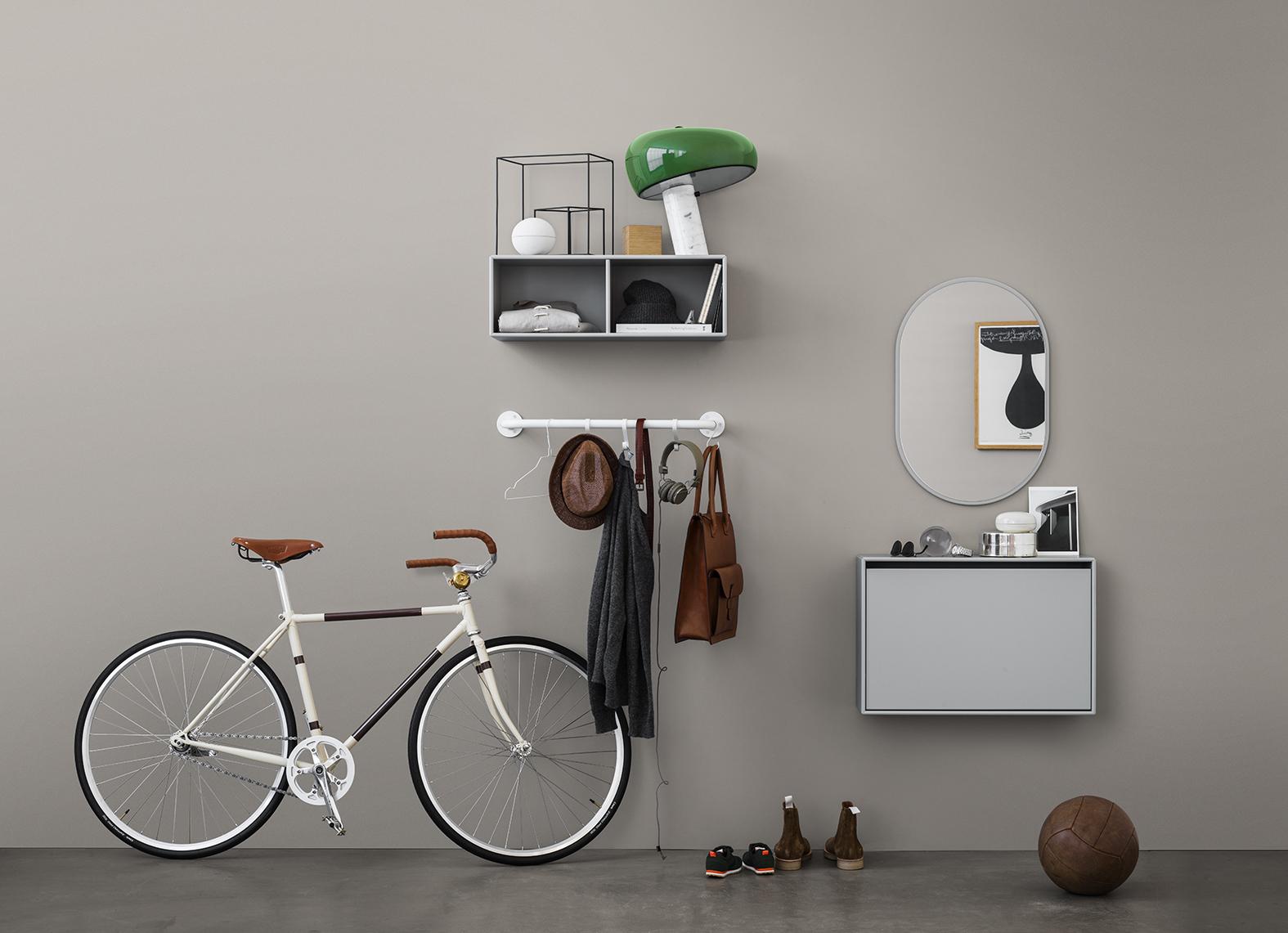 Montana entre møbler: skoskap, speil og bøylestang. Se priser helt nederst i bloggen.