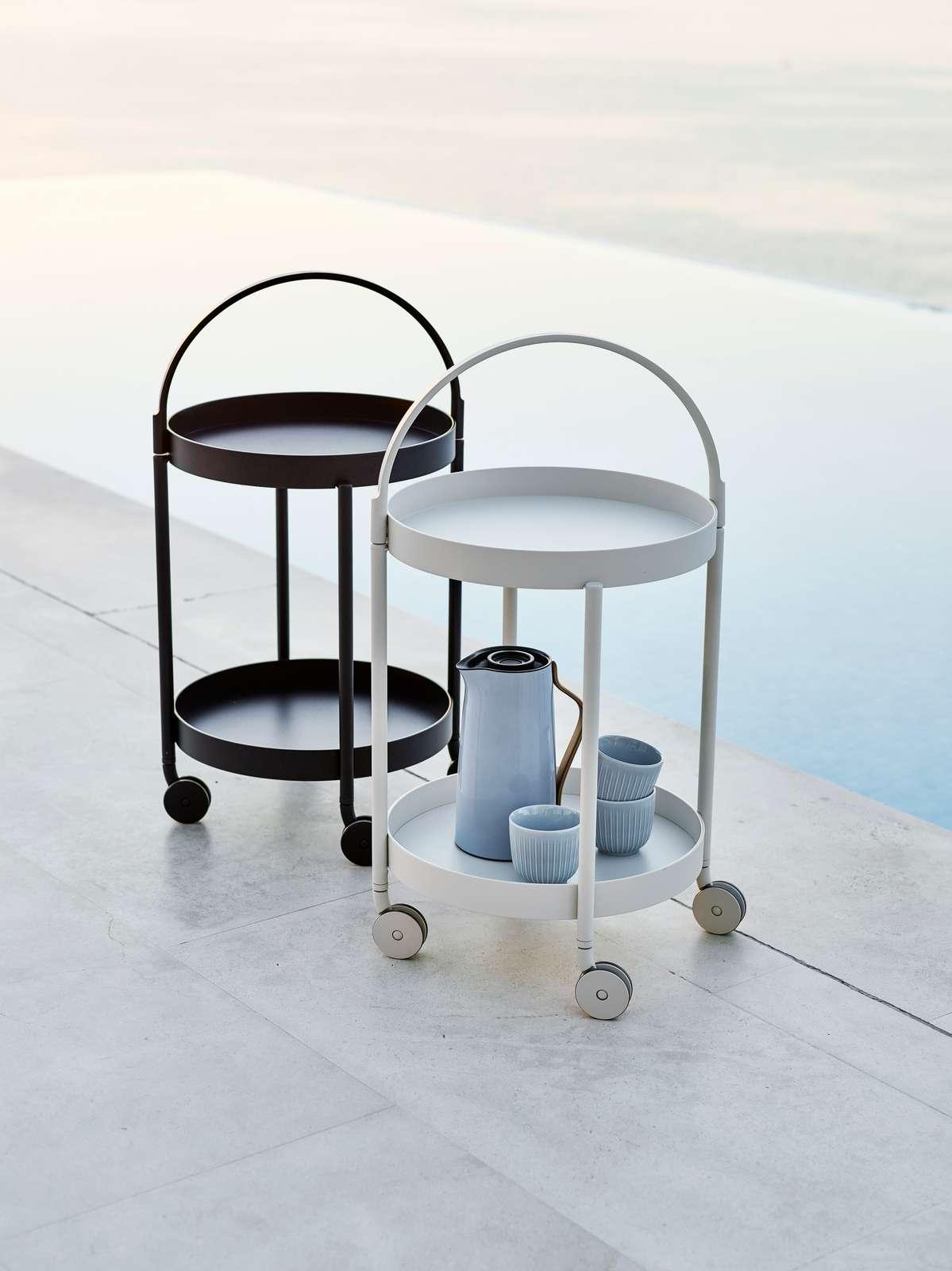 Roll trillebord med avtagbart brett med hank - lett som bare det å ta med seg ting inn og ut fra terassen.